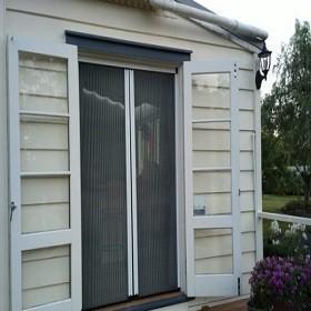 Lắp đặt cửa lưới chống muỗi cho nhà hàng khách sạn ở khu du lịch