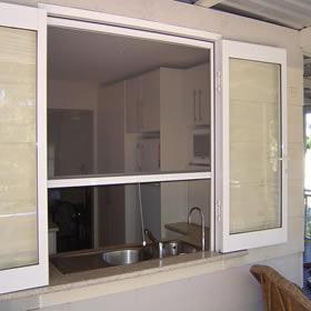 Phòng bếp có cần lắp cửa lưới chống muỗi không?