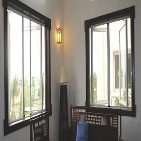 Phòng khách gọn gàng và thông thoáng nhờ cửa lưới chống muỗi